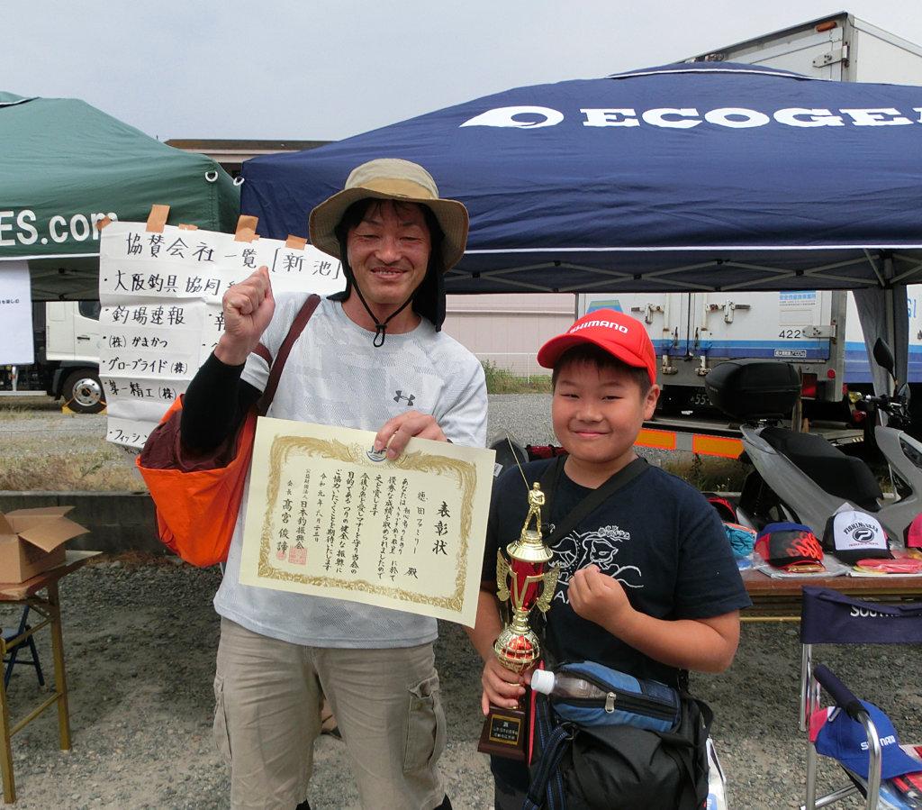 初心者のためのヘラブナ釣り教室で優勝したファミリー