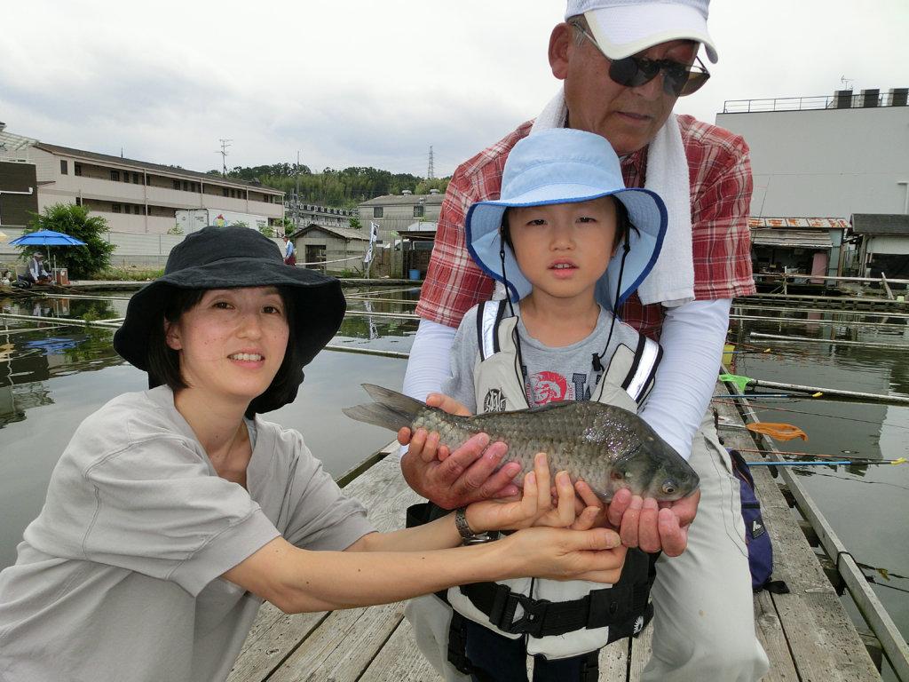 初心者のためのヘラブナ釣り教室で大型のヘラブナをキャッチした参加者