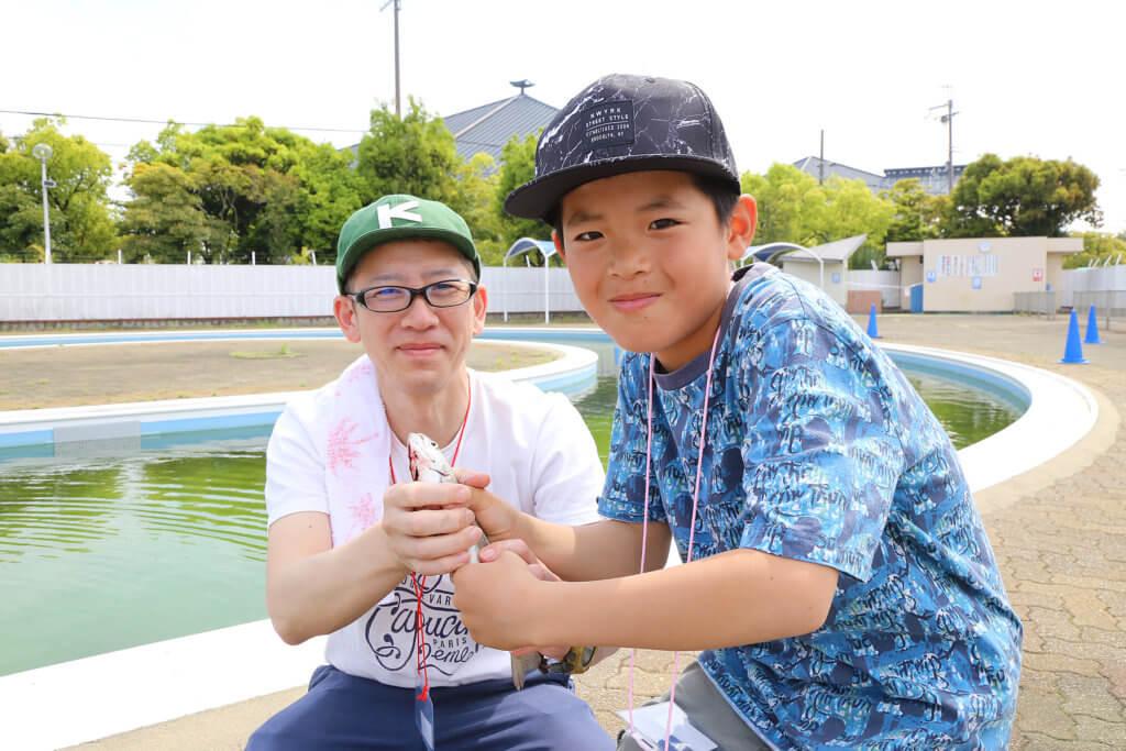 岸和田フィッシングパークで釣りを楽しむ親子
