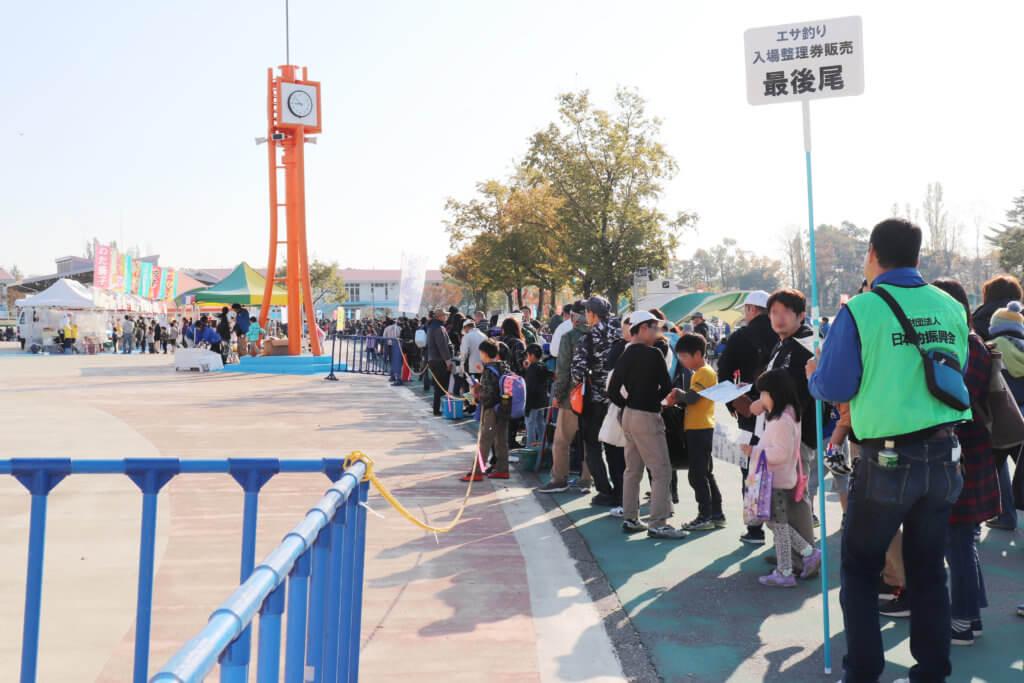 しらこばとのエサ釣りの入場整理券販売に長蛇の列