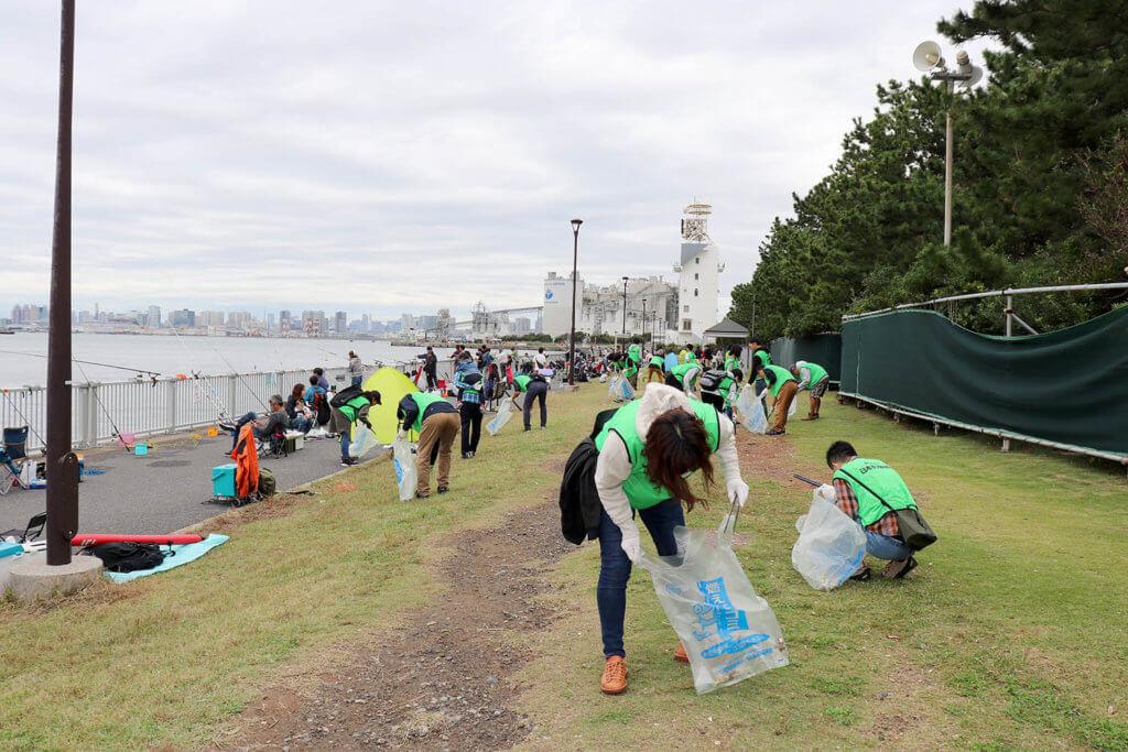 「水辺感謝の日」の清掃の様子