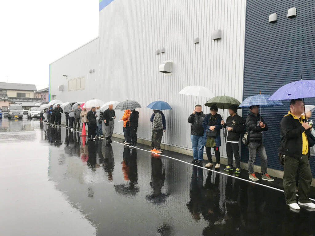 あいにくの雨だったが、150人以上のお客さんが開店前に並んだ