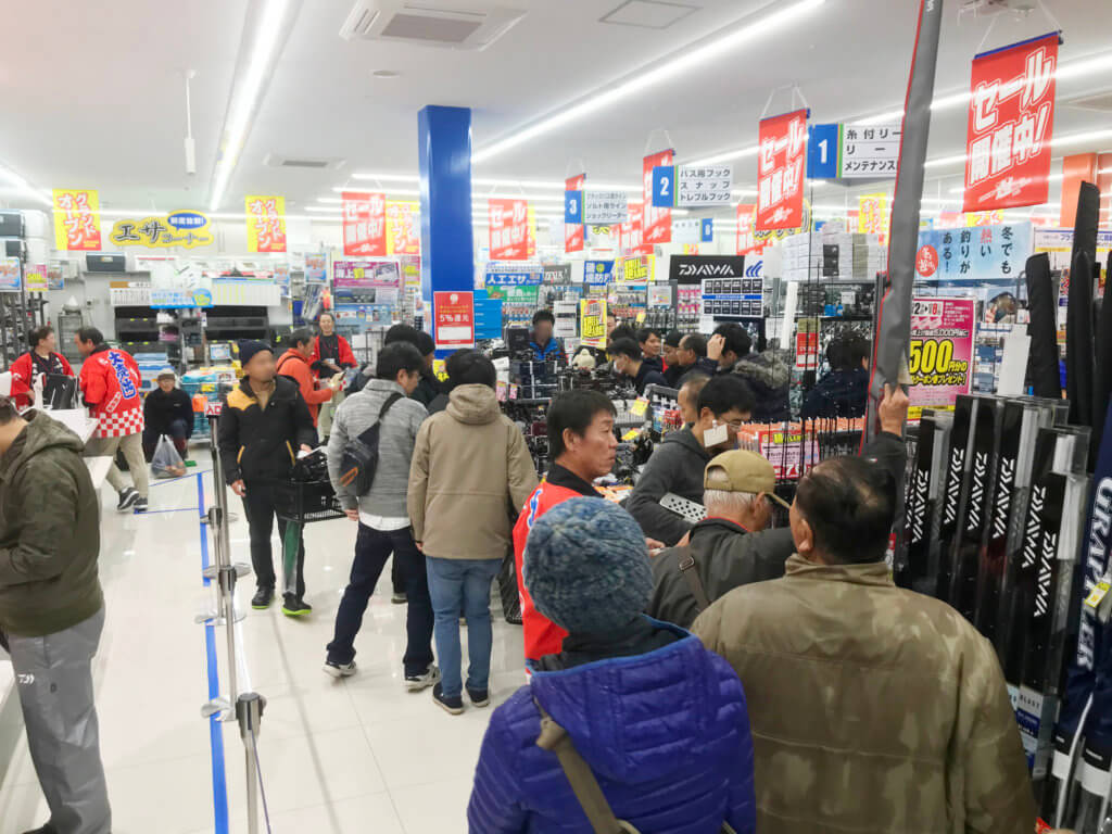 合計300坪の超大型釣具店 。オープン後、店内は大いに賑わっていた