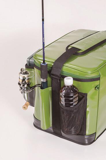 両サイドにはロッドホルダーと、ペットボトルや小物の収納に便利なメッシュポケット を装備
