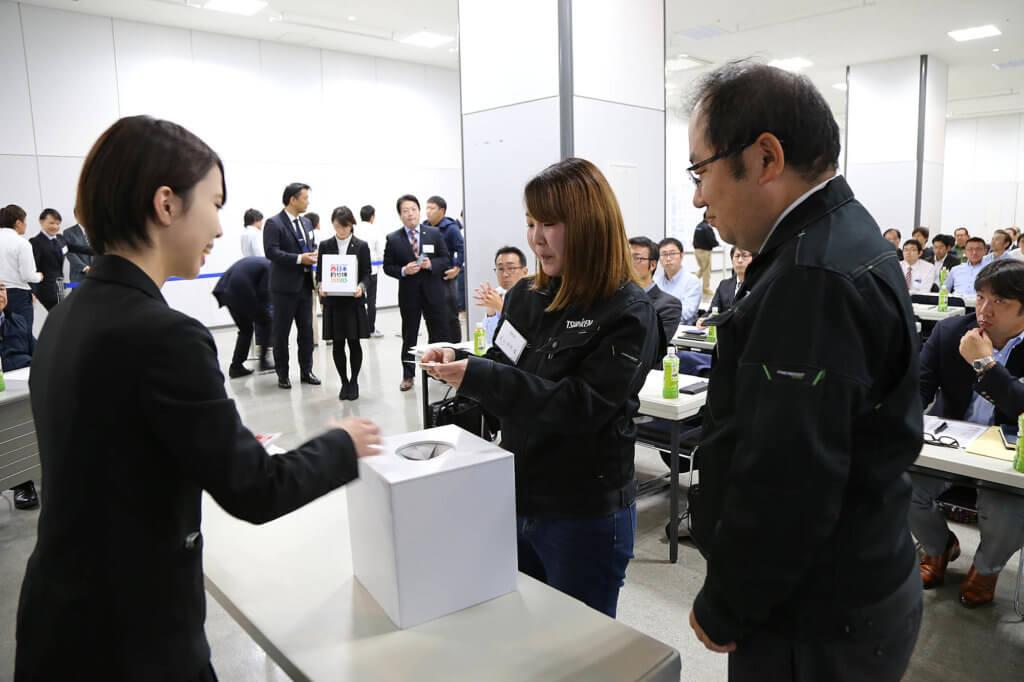 西日本釣り博2020の小間割り抽選会の様子
