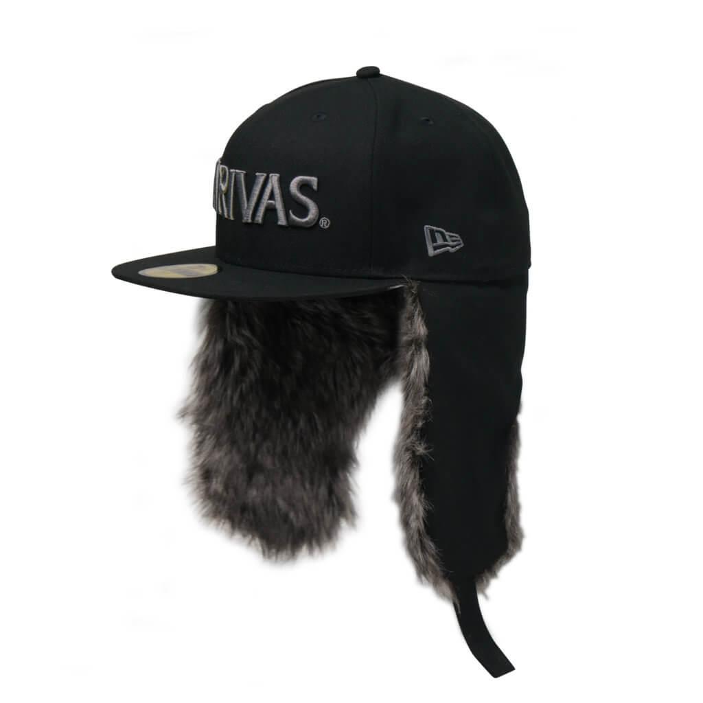 耳や首を温めてくれるイヤーフラップが、厳冬期のフィールドで活躍
