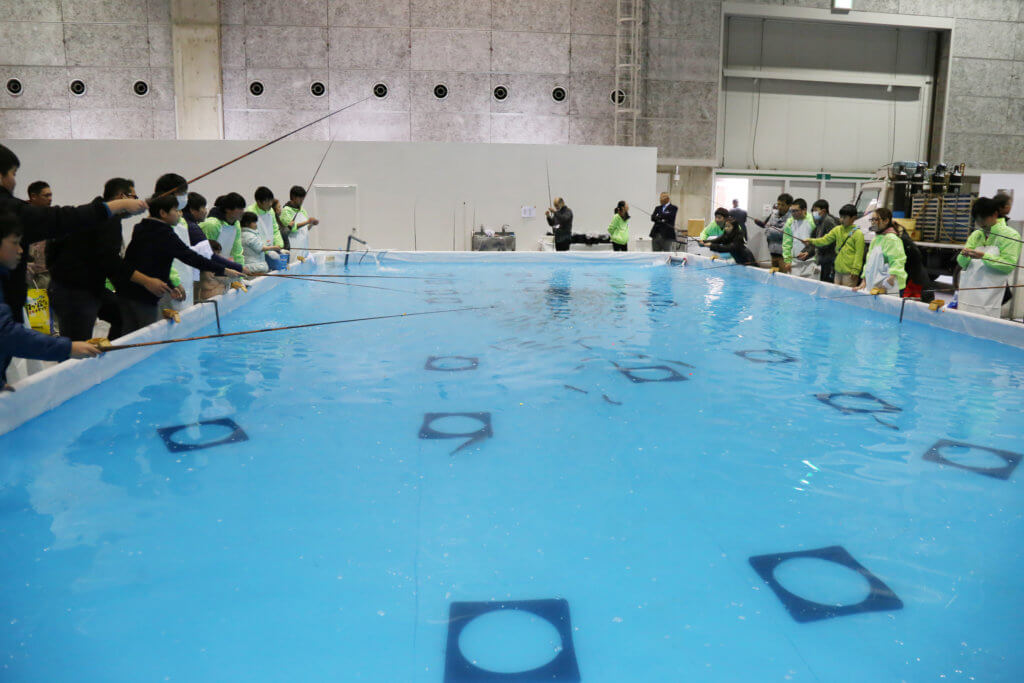 4号館特設プールで行われる「ジュニア&レディース体験マス釣り」の様子(写真は2019年撮影分)