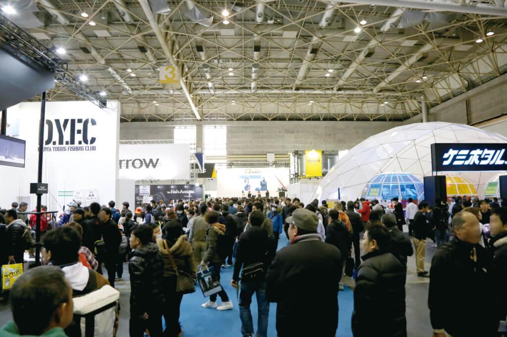 「フィッシングショーOSAKA2019」の3号館の様子。展示スペースはゆったりしたブースのレイアウトで、通路も広くなっている