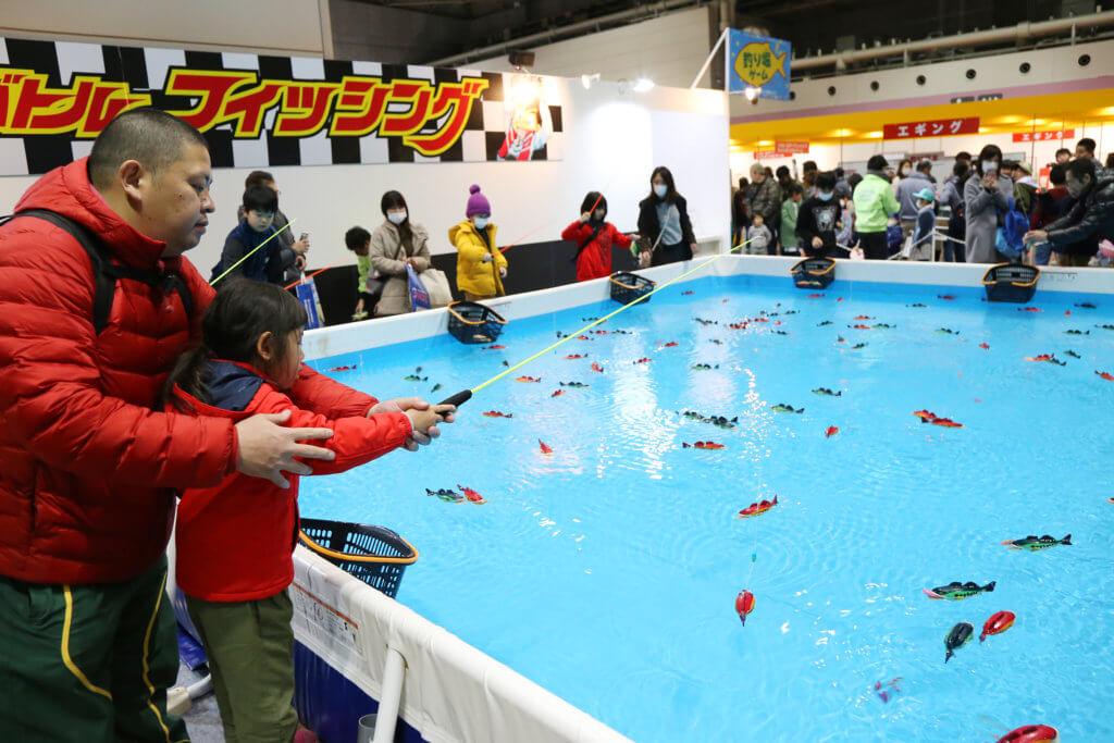 「こどもお祭り広場」の「バトルフィッシング」。プールで泳ぐ魚のおもちゃを釣り上げる楽しいゲームだ (写真は2019年撮影分)