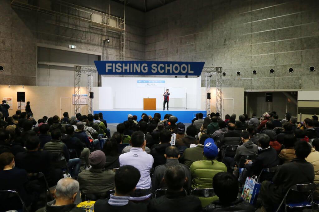 「フィッシングスクール」で有名アングラーのセミナーを熱心に聞き入る釣りファン(写真は2019年撮影分)