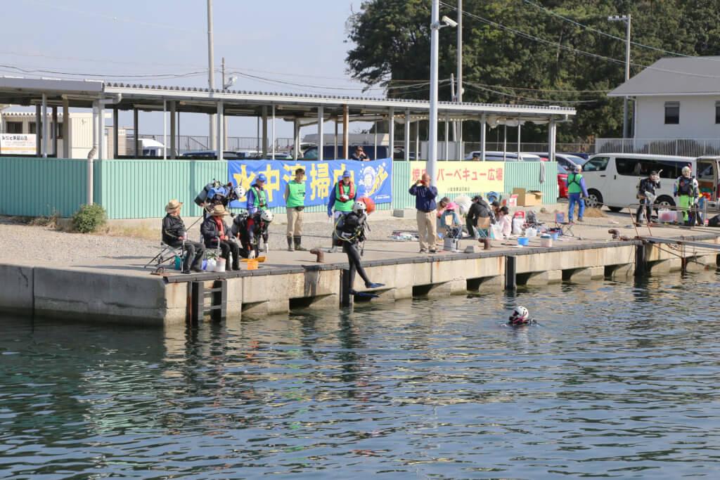 港内では事前に水中清掃を行うことが告知されており、清掃が始まると釣り人には場所を移動してもらった