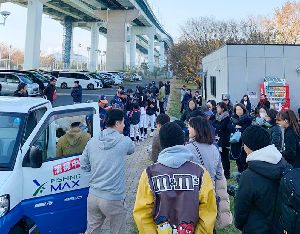 芦屋市内の5つの野球チームの子供達と父兄など120名で、兵庫県芦屋市の南芦屋浜一帯を清掃した
