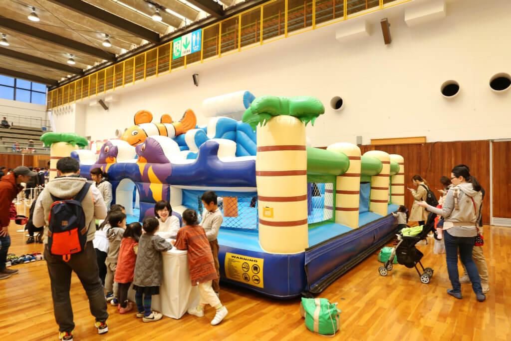 本館・中展示場のキッズコーナー。アトラクションやゲームなど、子供が楽しめる企画を多数用意