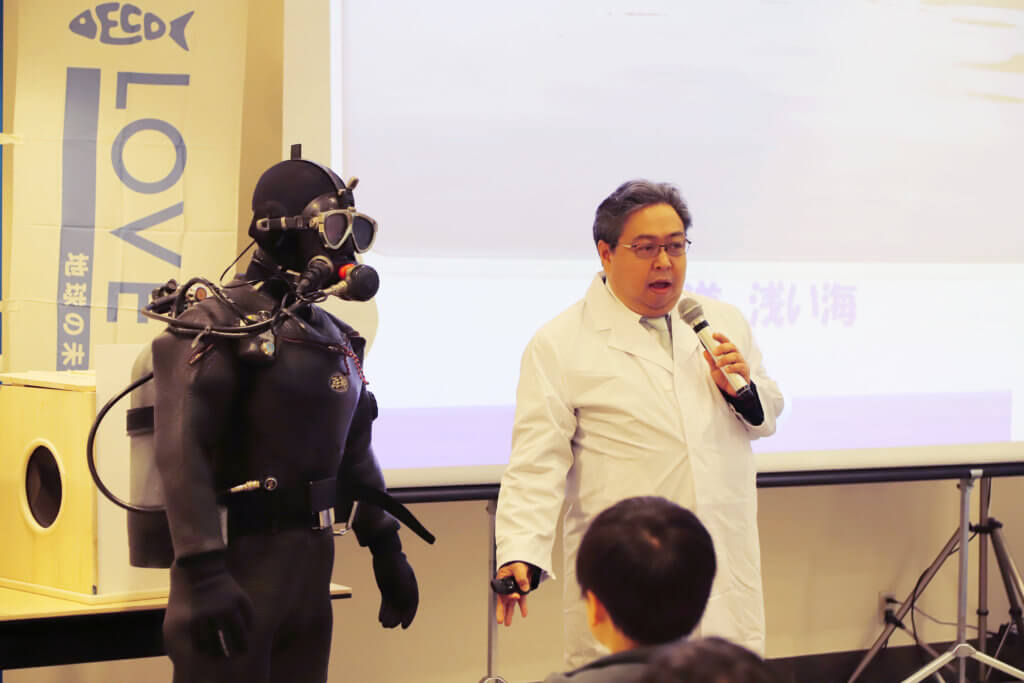 社団法人日本釣用品工業会の柿沼理事による「水辺の環境・魚の住む環境について」の講義。ダイバーが撮影した海底の様子も紹介された