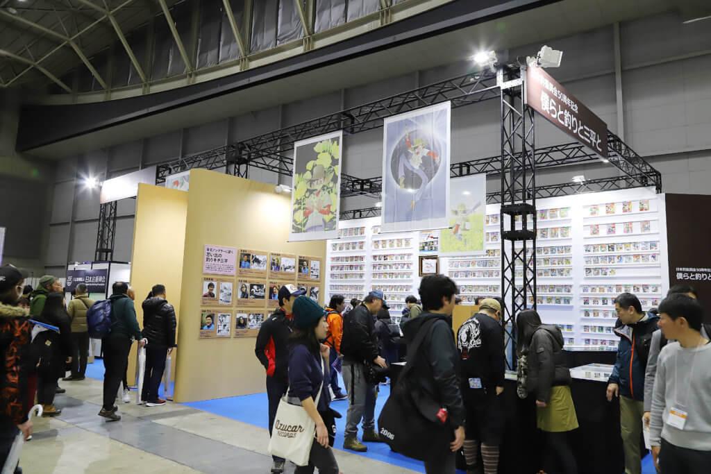 「釣りフェスティバル」の日本釣振興会ブース (釣りキチ三平コレクション展) の様子。多数の来場者で賑わっていた