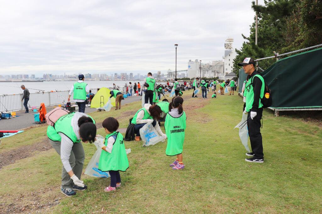 2019年度に行われた東京・若洲海浜公園での清掃活動の様子