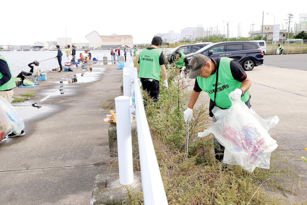 「水辺感謝の日」清掃の様子。大阪・泉佐野で清掃を行った