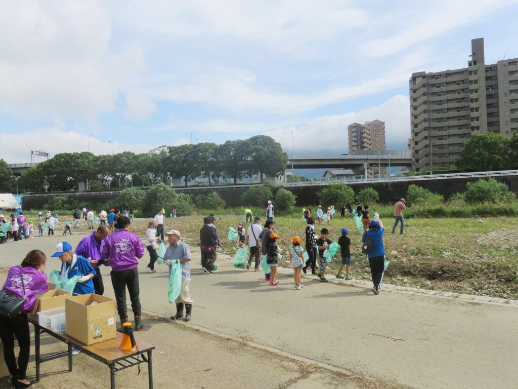 福岡・北九州市紫川での清掃活動の様子