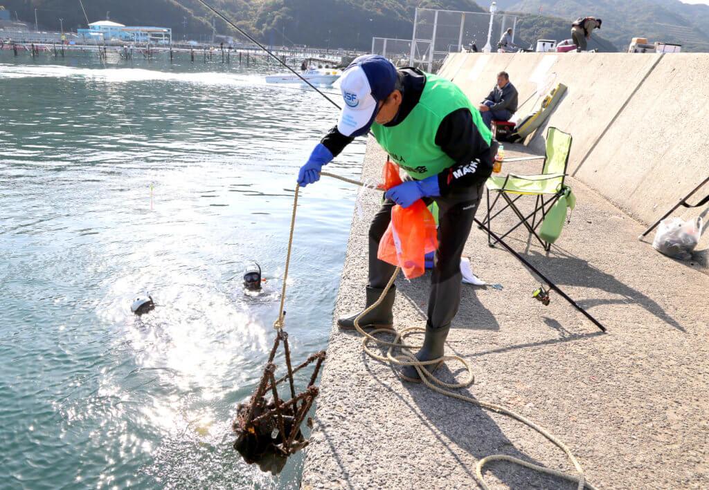 日本釣振興会が行う水中清掃の様子
