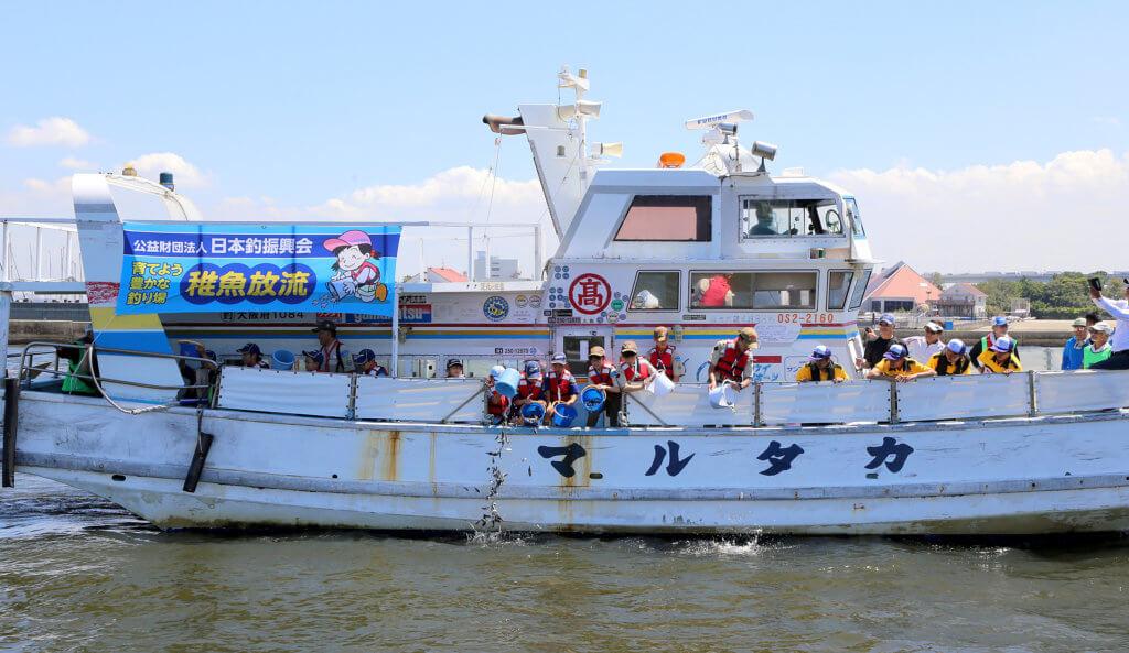 日本釣振興会の稚魚放流の様子