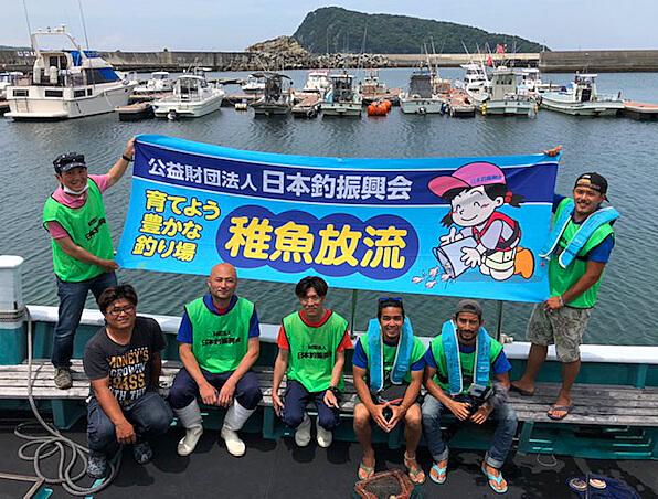 日本釣振興会が初島沖で行った放流の様子