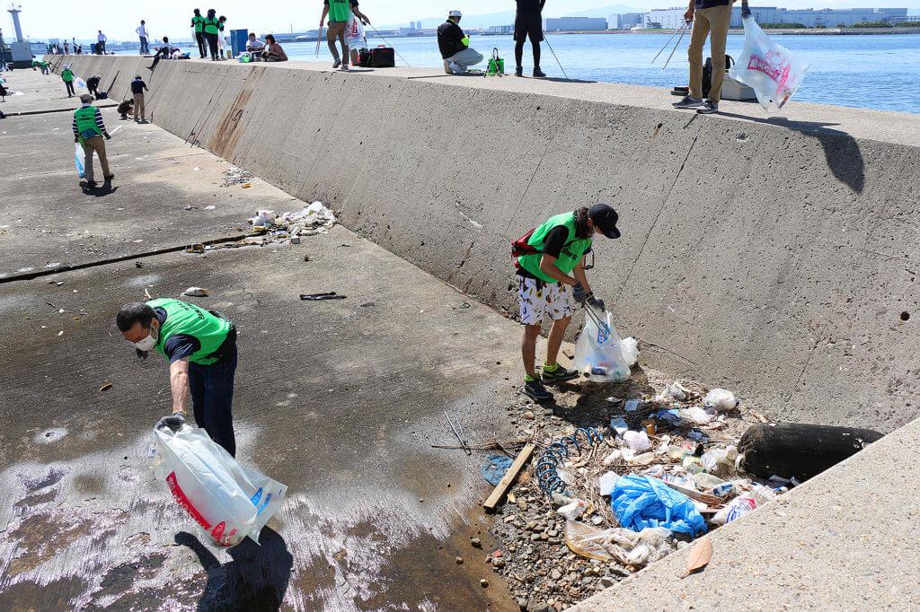 かもめ大橋周辺の清掃の様子
