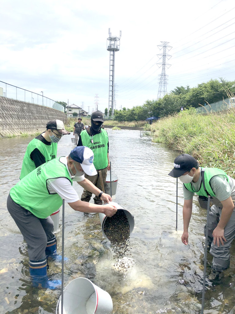 オイカワの産卵床の設置と川耕しを行う日釣振埼玉県支部と入間漁業協同組合のメンバー