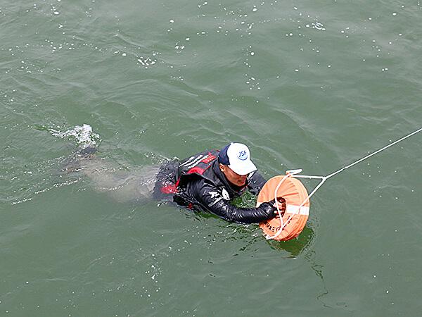 秋田港北防波堤での救助の様子