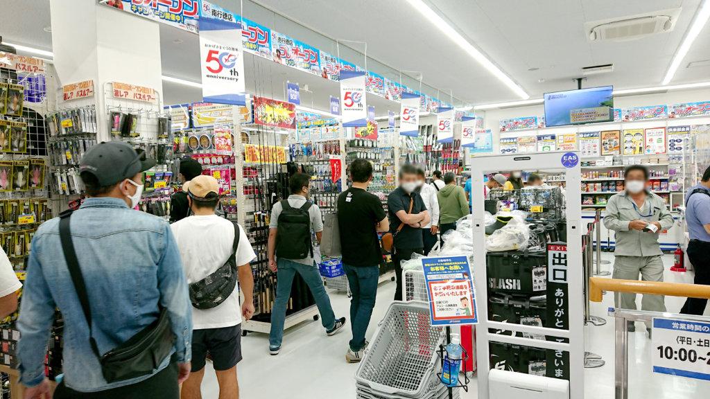 9月16日のオープン当日はたくさんの来店客が訪れた。新型コロナウイルス感染拡大を防ぐためマスクの着用、検温などの協力を来店客にお願いした