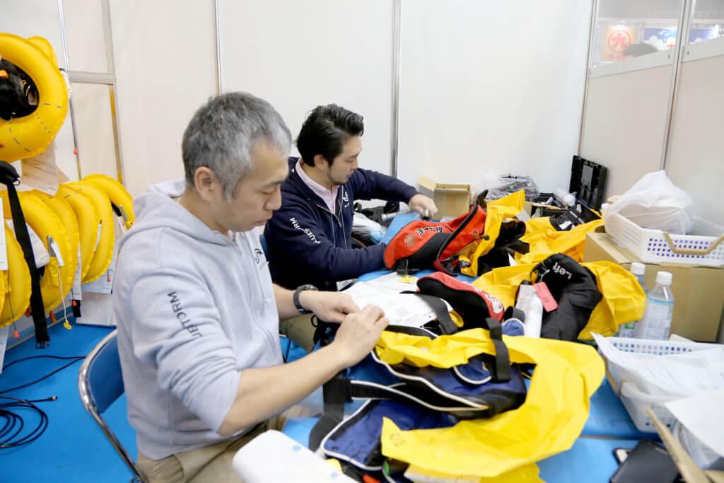 フィッシングショーでは膨張式ライフジャケットの無料点検が行われている事もある。定期的な点検が必要だ