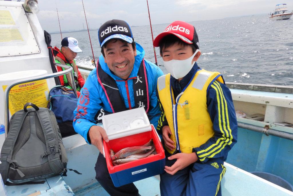 2日目釣り体験教室の様子。キスのほかマダイも釣れ参加者は船釣りを楽しんでいた