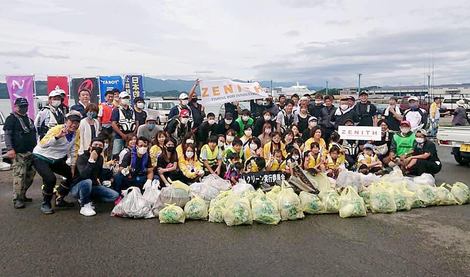 「マリンピア沖洲」で行われた清掃活動の際の集合写真
