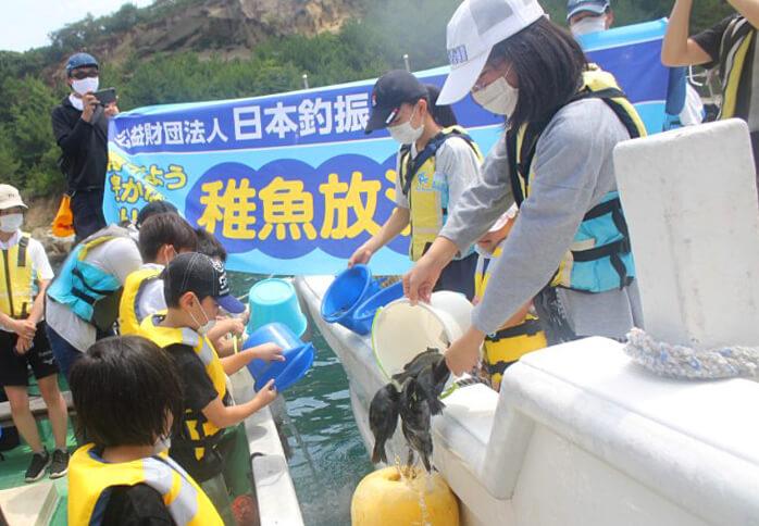 徳島県海部郡牟岐町の大島で行われたグレ(メジナ)の稚魚放流の様子