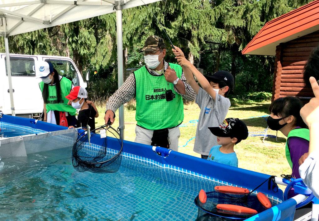 公財)日本釣振興会北海道地区支部が開催した「ヤマメ釣り体験教室」の様子
