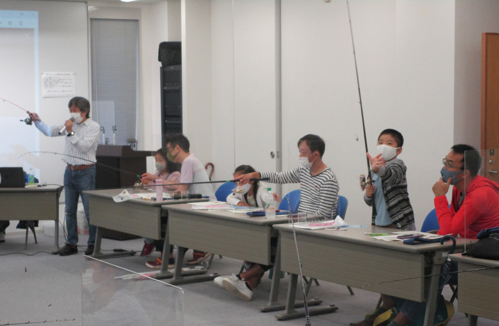 日本フィッシング会館8階会議室で行われた学習会の様子。参加者は熱心に学んでいた