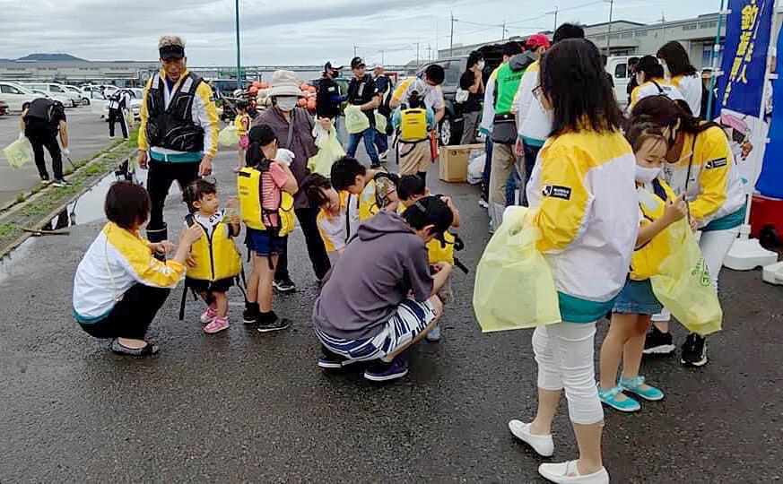 「マリンピア沖洲」で行われた清掃活動の一コマ