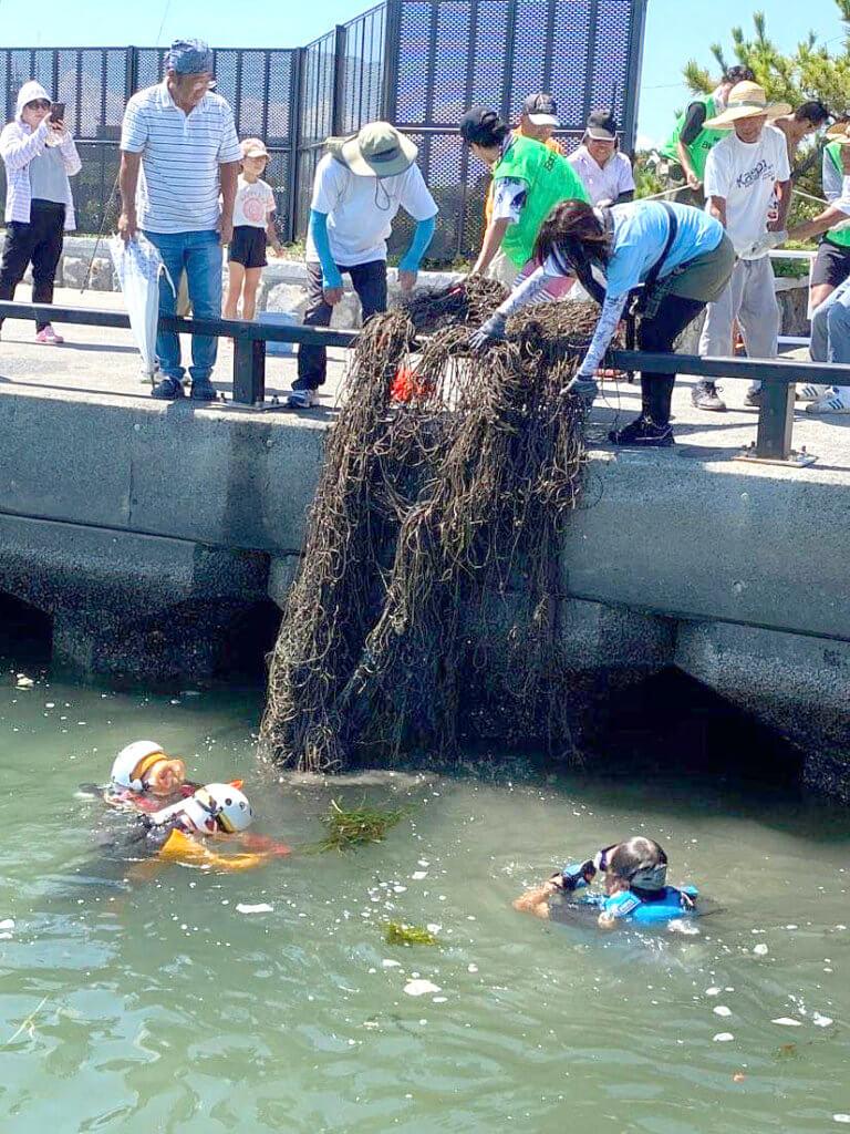 静岡県焼津市「ふぃしゅーな」で行われた水中清掃の様子