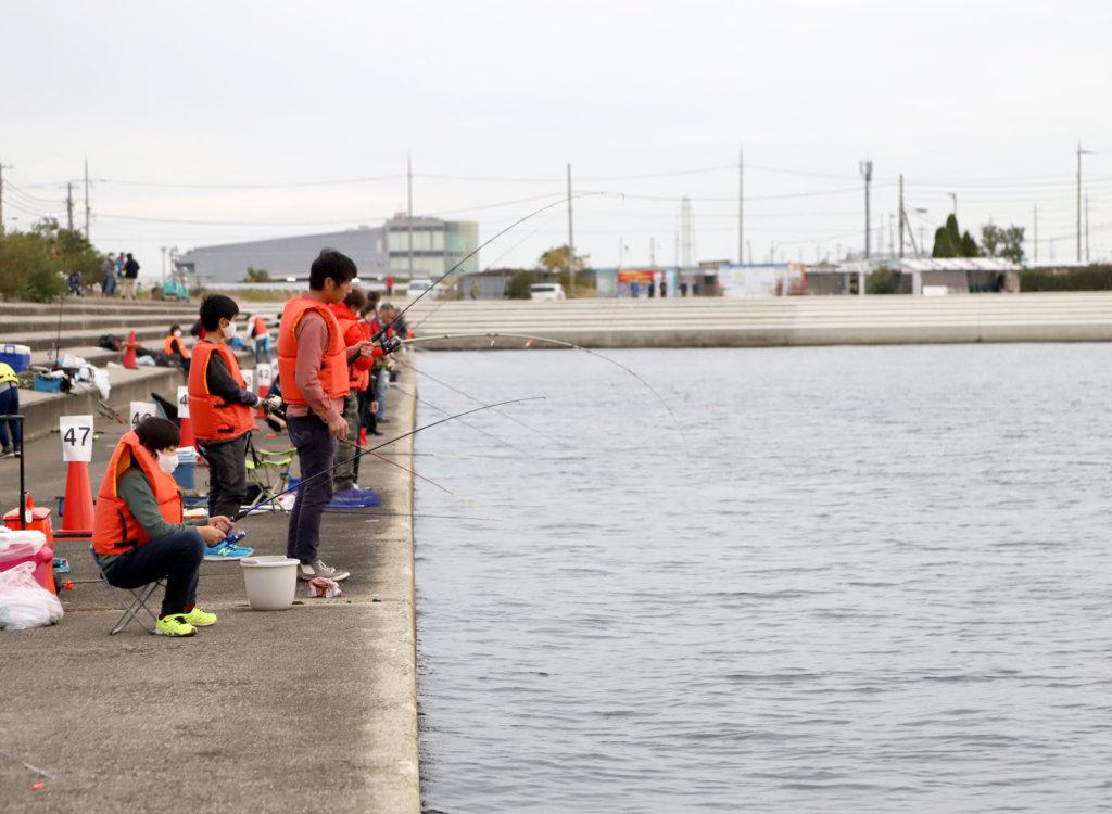 泉大津フェニックスで行われた海釣り体験イベントの様子