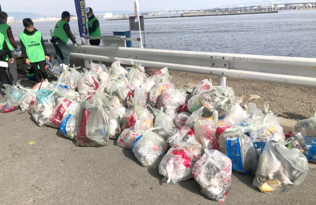 ペットボトルや空き缶などのゴミが多く回収された(常吉大橋)
