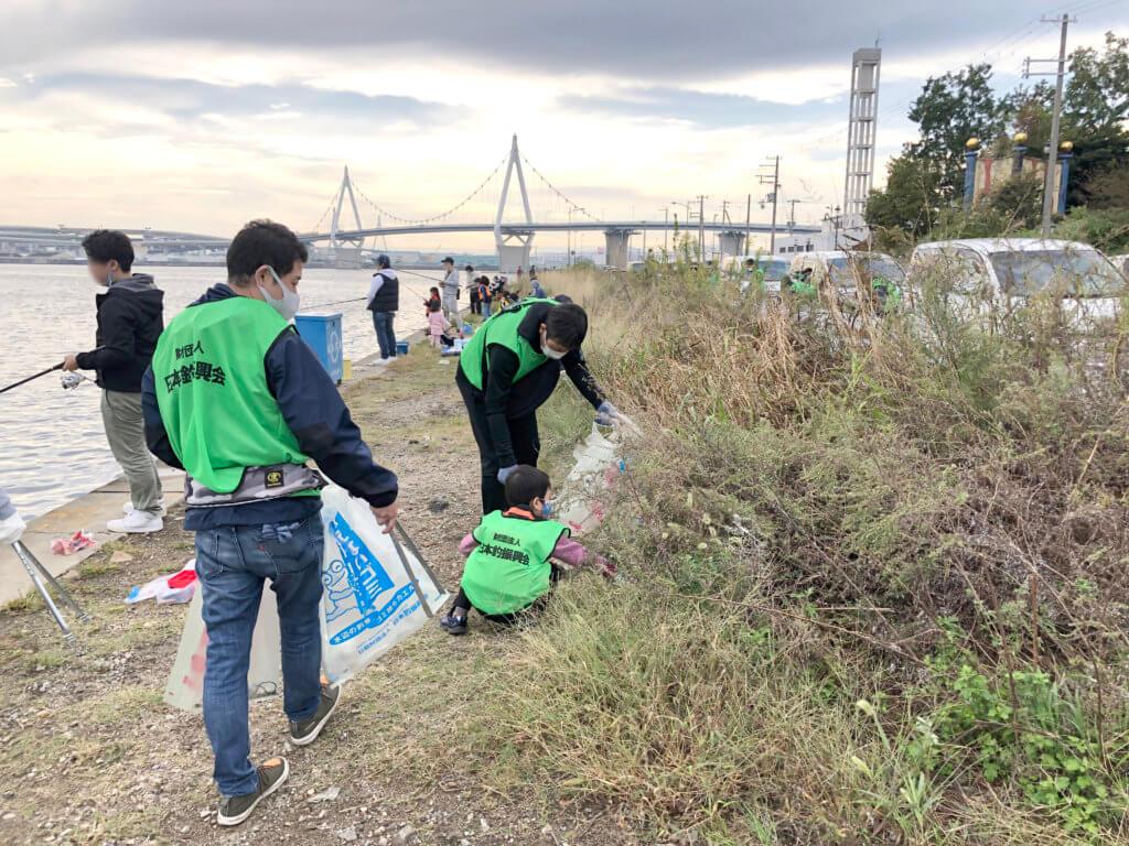 常吉大橋の清掃の様子。草むらなどにゴミが放置されていた