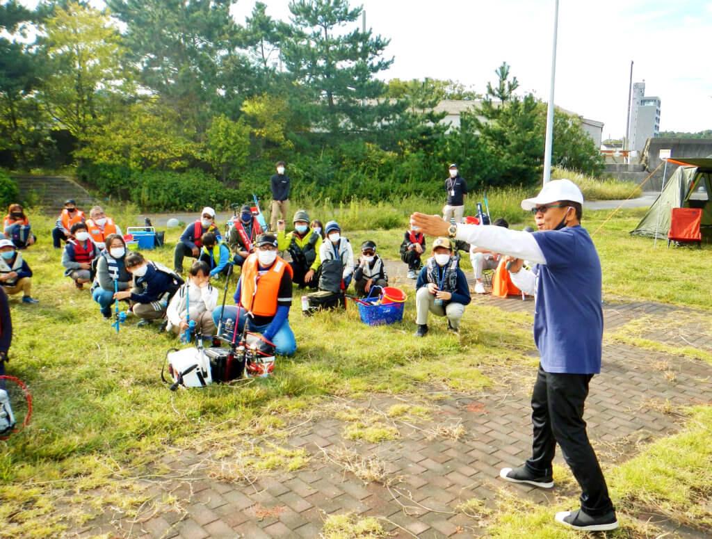 「ファミリーフィッシングエンジョイデー」の開会式の様子。ゲストにはお笑い芸人のオール阪神さんが参加した