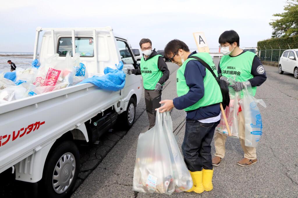 清掃の範囲が広いためトラックでゴミを回収して回った(泉佐野)