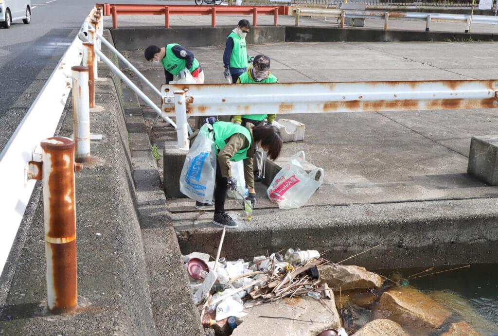 人目に付きにくい場所や護岸の岩の隙間などには多くのゴミがあった(泉佐野)