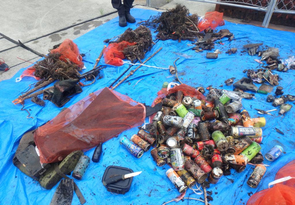 水中から引き上げられたゴミ