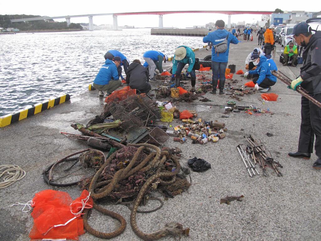 水中から引き揚げられたゴミを分別する様子