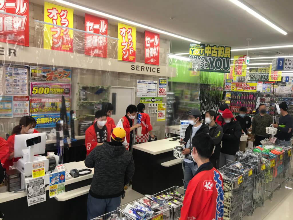 来店客で賑わう店内。新型コロナウイルス感染症対策もしっかりと行われていた
