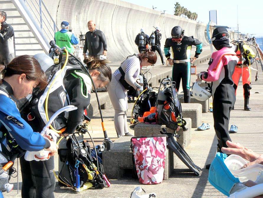 水中清掃の準備をするダイバー。今回参加したダイバーは13名だった