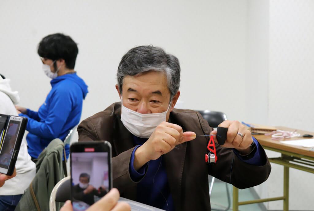 ボビンワインダーを使ったノットを解説する佐々木洋三氏