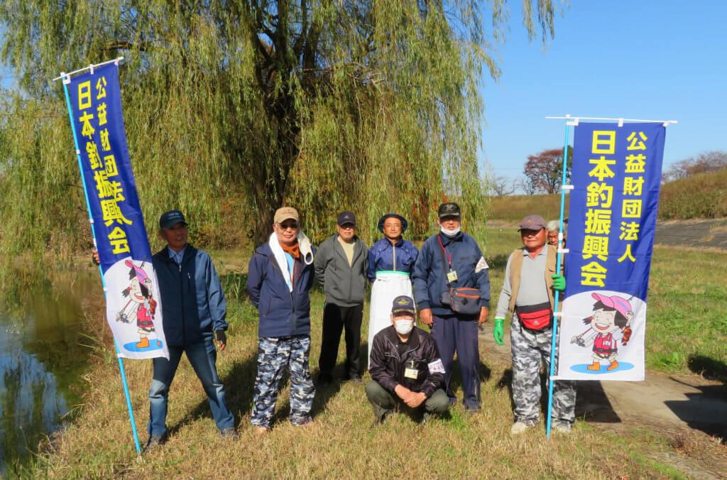 埼玉県越谷市の大吉調整池でヘラブナの放流を行ったスタッフ