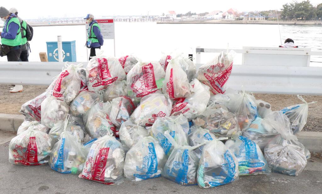 集められたゴミはパッカー車で回収された